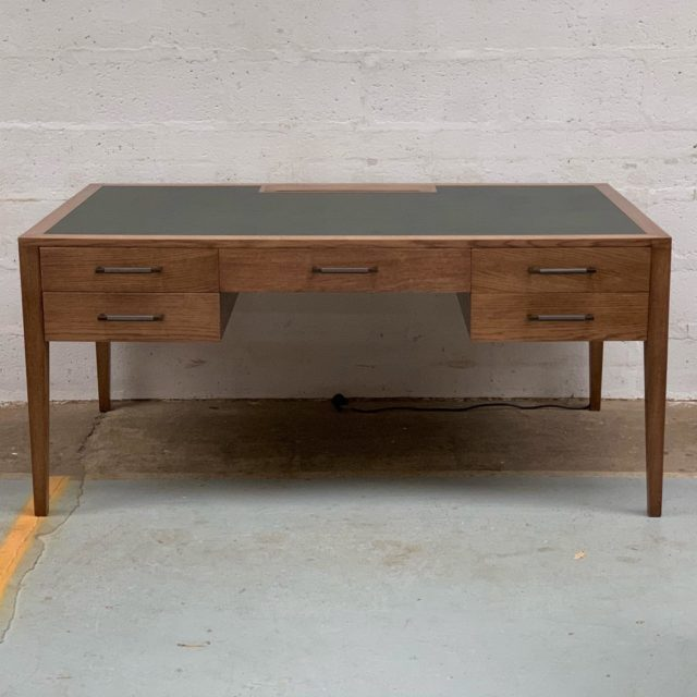 Something a little more contemporary today. A bespoke Oak desk, with a inset leather top and @josephgilesltd solid brass drawer handles. For enquiries please get in touch info@titchmarsh-goodwin.co.uk . . . #titchmarshandgoodwin #desk #oakfurniture #handmadefurniture #bespokefurniture #customfurniture #interiordesign #interiorstyling #interiors #homedesign #homedecor #madeinsuffolk #ipswich